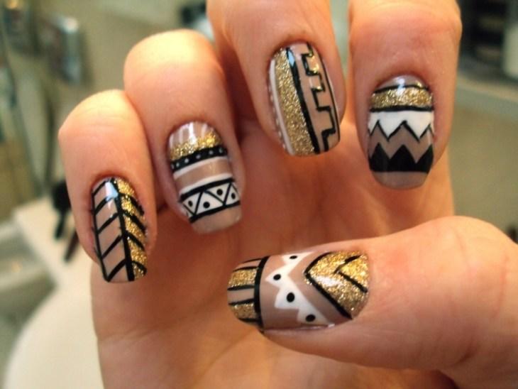 nail-art-motif-azteque-contours-noirs-paillettes