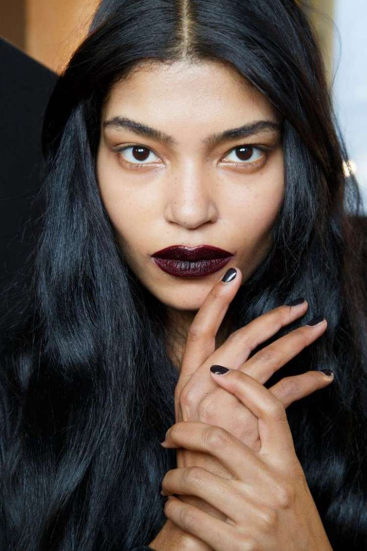maquillage de soirée 2015-rouge-levres-bordeaux-fonce-fard-paupieres-couleur-peau