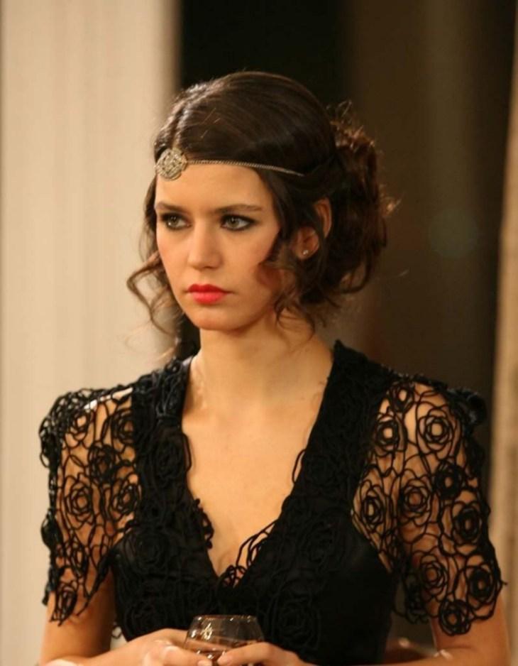 coiffure-nouvel-an-chignon-flou-esprit-vintage-robe-noire