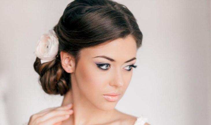 coiffure-pour-noël-chignon-classique-fleur