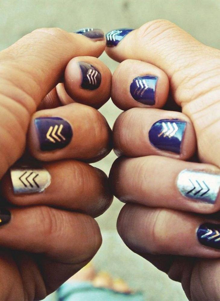 tatouages-éphémères-dorés-vernis-bleu-marine-annulaire-argenté