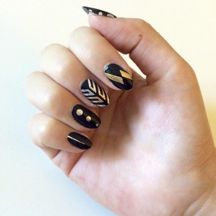tatouages-éphémères-nail-art-dorés-vernis-noir-ongles-amandes