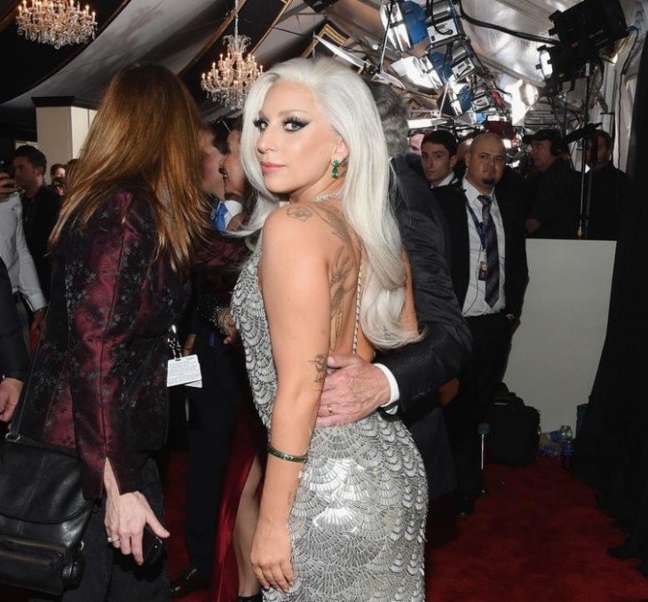 cheveux gris clair blond platine mode- 2016 lady gaga grammy