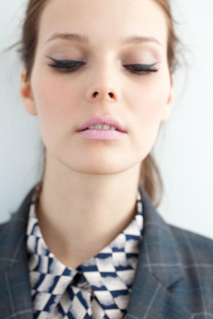 maquillage Saint-Valentin -rouge-levres-rose-pale-eyeliner