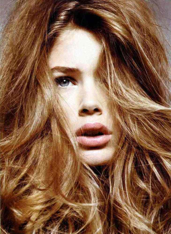 cheveux couleur caramel -balayage-mèches-subtiles-blond-doré