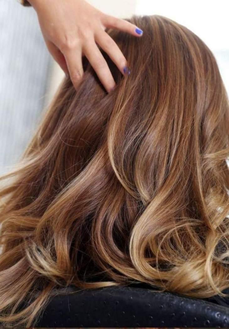 cheveux couleur caramel -base-caramel-mèches-subtiles-blondes