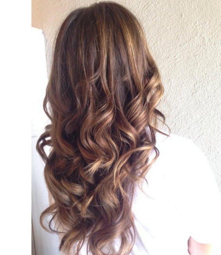 cheveux couleur caramel -cheveux-châtaigne-mèches-subtiles-blondes