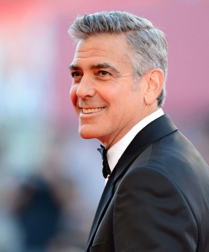 coiffure homme tendance -cheveux-courts-gris-raie-sur-côté-george-clooney