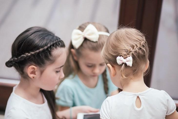 coiffure pour petite fille -tresse-couronne-tresse-française-arrière-accessoires-cheveux