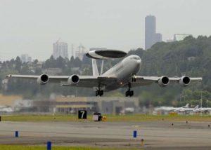إقلاع طائرات AWACS التابعة للقوات الجوية المليكة السعودية. وافقت الولايات المتحدة على تطوير خمس طائرات AWACS سعودية. (جيم أندرسون / شركة Boeing)