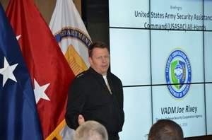 الفريق البحري جوزيف ريكسي، مدير وكالة التعاون الامني الدفاعي، يقود الجهود الرامية إلى تسهيل عمليات المبيعات العسكرية الأجنبية. (وكالة التعاون الامني الدفاعي)