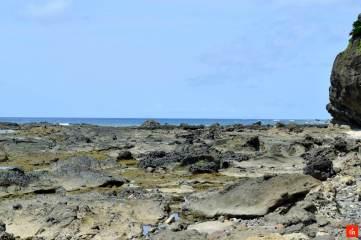 火山活動でゴツゴツしたヤヒジュ海岸