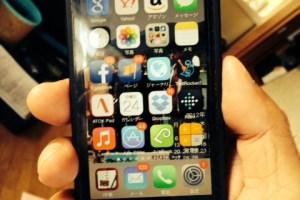 バッテリーケースを付けたiPhone