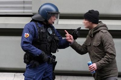 Maximilian Schiebel wird von einem Polizisten aufgefordert, sofort sein Bier wegzulegen oder auf alkoholfreies umzusteigen.