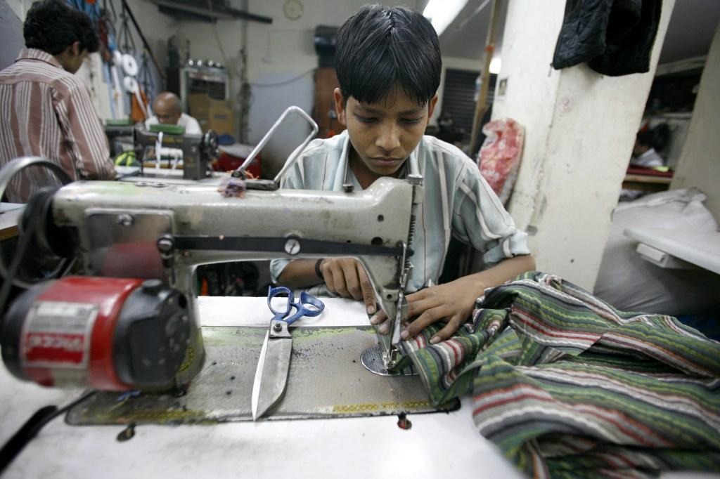 Ekelhaft: Dieser Junge trägt noch nicht mal Handschuhe, während er preisgünstige Kleider für Schweizer Kunden produziert.  bild: shutterstock