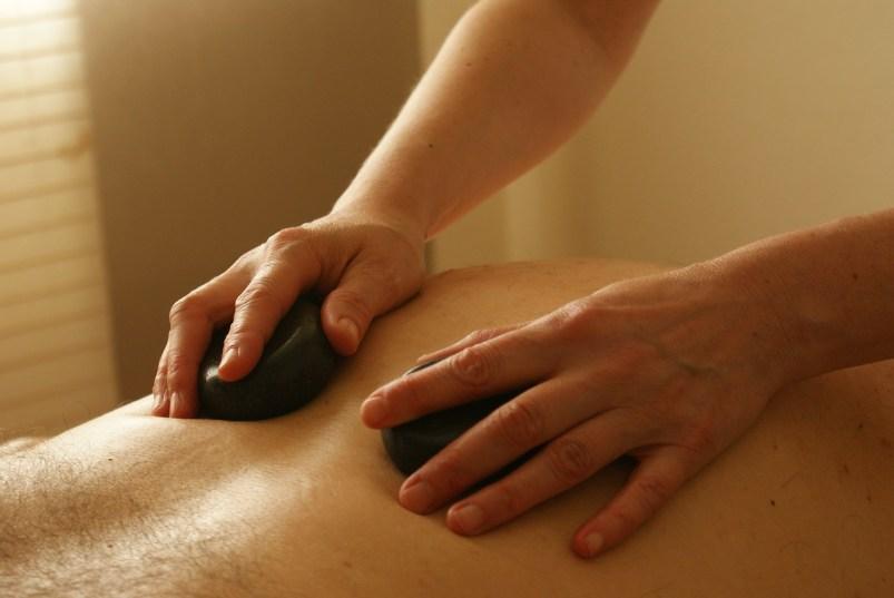 Auch die Hot-Stone-Massage ist sehr populär. Rasieren Sie sich aber zuvor den Rücken.
