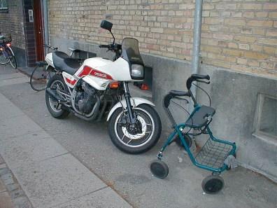 Links im Bild eine motorisierte Version des gängigen Rollators.
