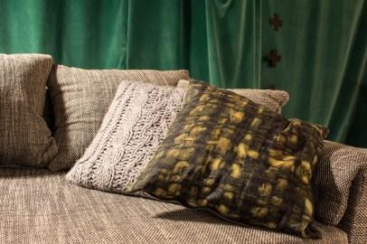 Kissen Stylefruits, Kuschelig, Wohnzimmer, gemütlich, weich Herbst, Stimmung, Interior Design, Innenarchitektur, Sofa, Couch, Gestaltung, String Regal, wandgestaltung, Bilder, grün, braun, Schwarz, grau, Fell, Materialien, Stoffe