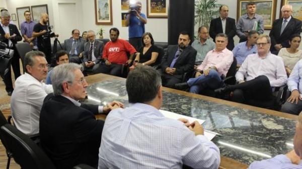Termo de Compromisso do Piso Salarial é entregue ao governador Raimundo Colombo