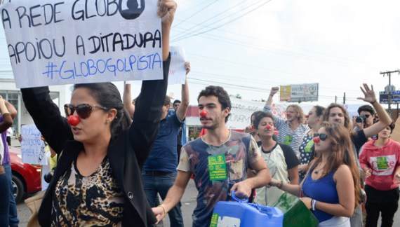 Juventude protagoniza ato em frente a RBS para protestar contra o golpe