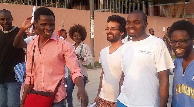 """Tribunal em Angola liberta ativistas condenados por """"conspiração contra presidente"""""""