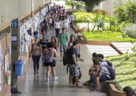 Metade dos jovens só está na faculdade graças a programas do governo
