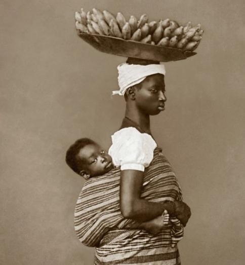Escrava trabalhando mesmo que com o filho a tiracolo/ Foto: Hypeness