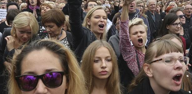 Mulheres protestam contra um projeto de lei que proíbe totalmente o aborto na Polônia