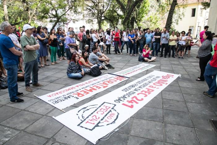 Servidores da UFRGS declaram greve contra PEC 55