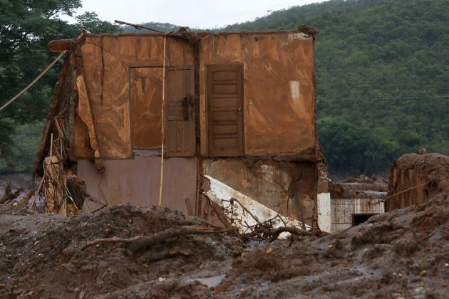 O rompimento da barragem de rejeitos da mineradora Samarco, cujos donos são a Vale a anglo-australiana BHP, causou uma enxurrada de lama que inundou várias casas no distrito de Bento Rodrigues, em Mariana, na Região Central de Minas Gerais. Inicialmente, a mineradora havia afirmado que duas barragens haviam se rompido, de Fundão e Santarém. No dia 16 de novembro, a Samarco confirmou que apenas a barragem de Fundão se rompeu. Local: Distrito de Bento Rodrigues, Município de Mariana, Minas Gerais. Foto: Rogério Alves/TV Senado