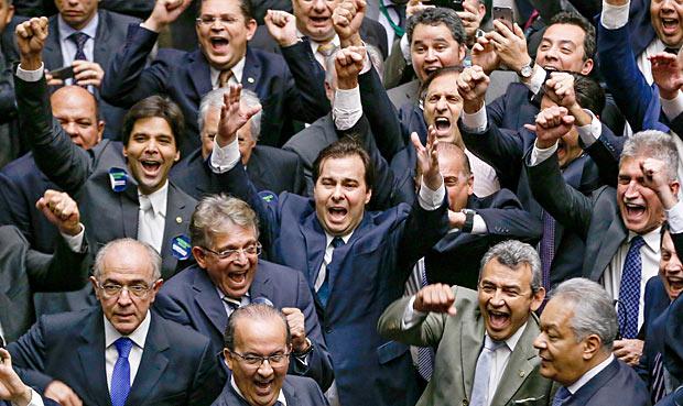 Por ampla maioria e na calada da noite, Câmara aprova emenda para acabar com a Lava Jato