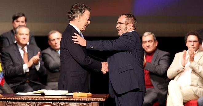 Presidente da Colômbia e comandante das FARC assinam novo acordo de paz