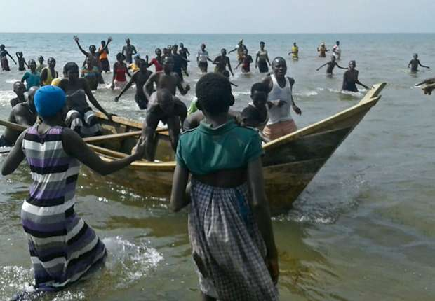 Tragédia na Uganda: Barco naufraga com time de futebol