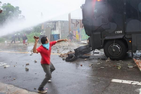 O dia em que os blindados de Alckmin foram recebidos do jeito palestino na Zona Leste