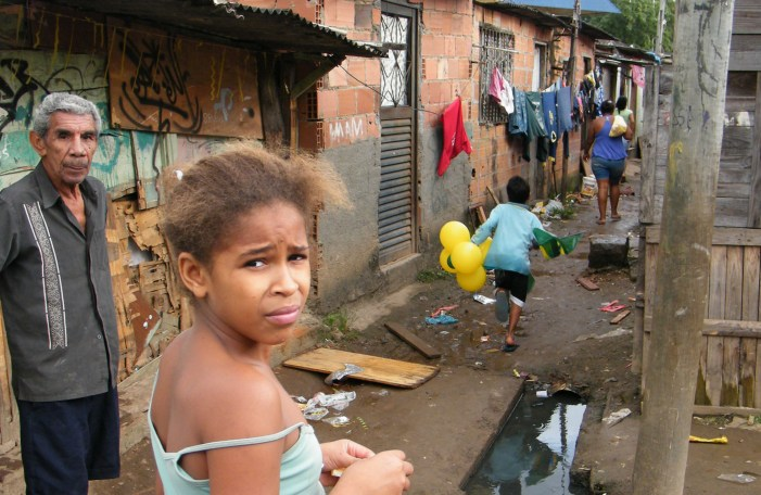Estudo da Fundação Abrinq mostra que 40% das crianças de 0 a 14 anos no Brasil vivem na pobreza