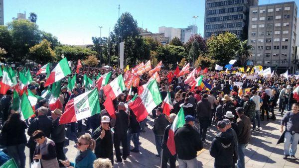 Manifestação na praça Dante Alighieri em Caxias do Sul.