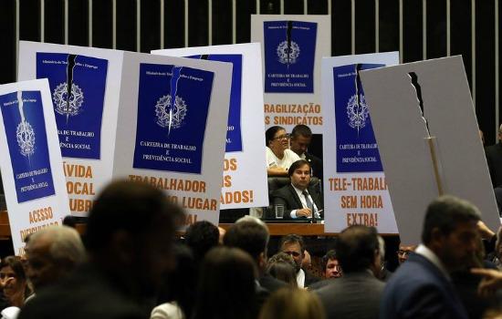 Brasília - Deputados de partidos de oposição ao governo tentam adiar a votação em plenário do projeto de lei (6787/16), que trata da reforma trabalhista (Antonio Cruz/Agência Brasil)