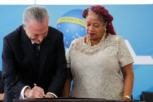Temer recebe título de 'Padrinho das Mulheres Negras' e causa revolta