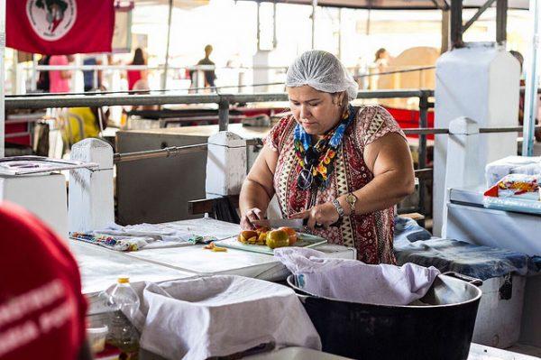 Solange dos Santos, do Assentamento Egídio Brunetto, prepara a ventrecha de pacu (Foto: Rica Retamal)
