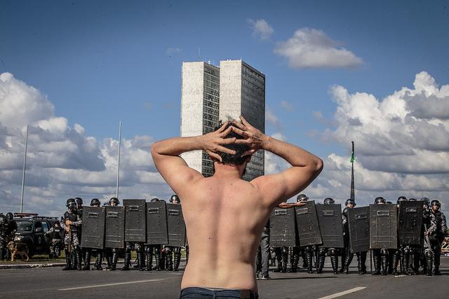 Revogação de decreto é confissão de erro por Temer, diz Gleisi Hoffmann