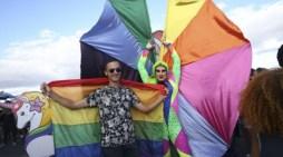 Parada LGBTS por separação entre Estado e igrejas reúne 60 mil pessoas em Brasília