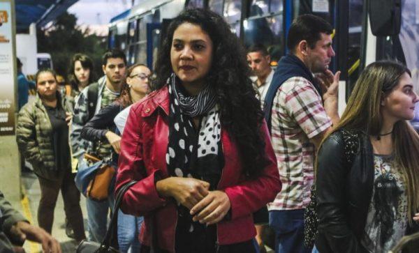 Lilian Cantarelli sai dez minutos antes da empresa para pegar o ônibus - Daniel Queiroz/ND