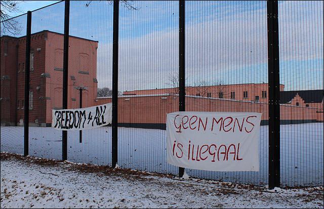 """""""Nenhuma pessoa é ilegal"""", diz faixa colocada em frente a um dos centros belgas de detenção para imigrantes indocumentados / IndyMedia.nl"""