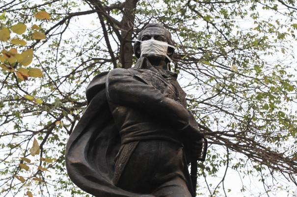 Estátuas de São Paulo usam máscaras contra a poluição do ar