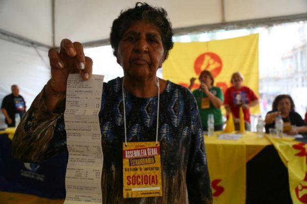 Professores estaduais gaúchos entram em greve por tempo indeterminado