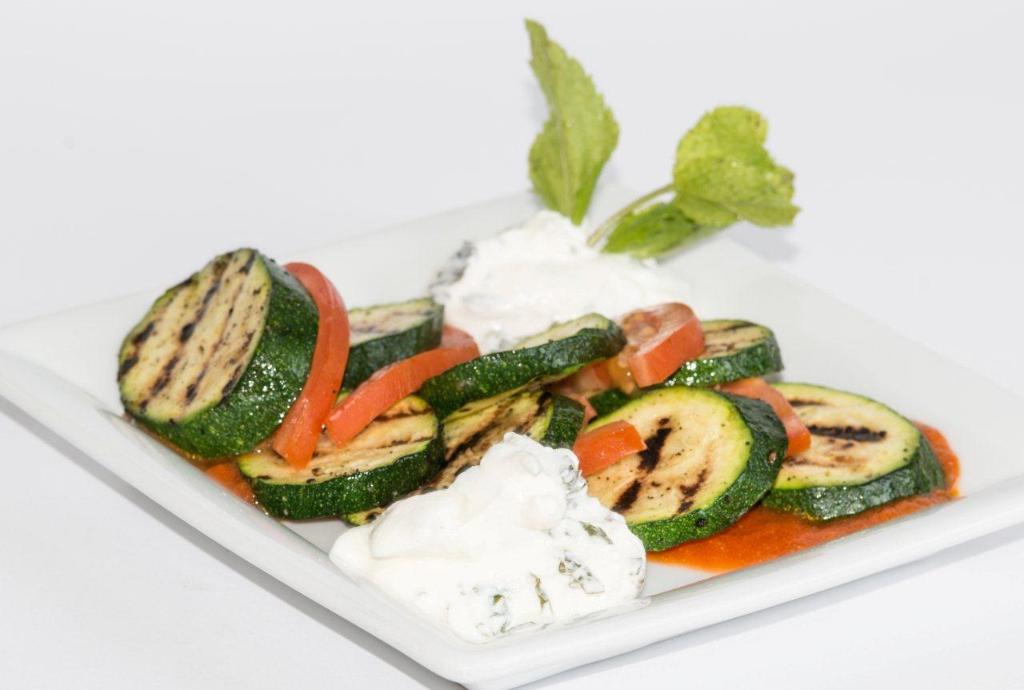 DESEO Tapas Bar - Gebratene Zucchini mit Tomaten und Minzjoghurt