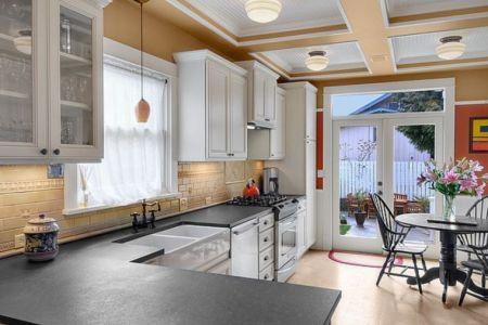 plan de travail en granit noir amenagement cuisine en l meubles blancs