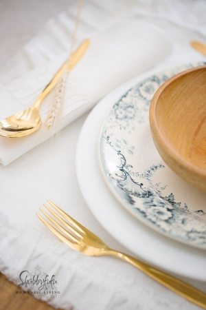 blue-and-gold-table-decorating