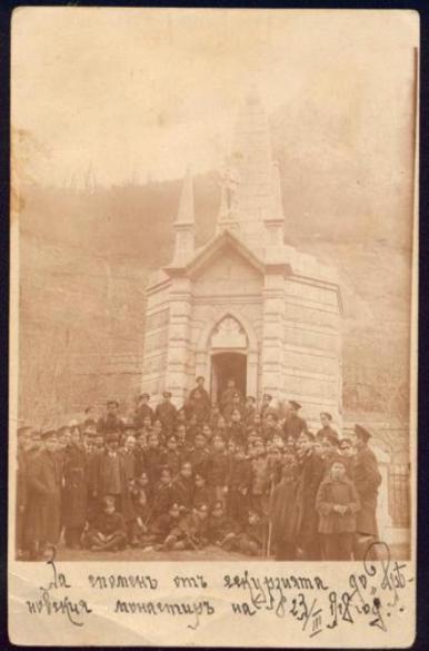 Снимка на ученици от екскурзия, организирана от туристическо дружество Трапезица – Велитко Търново до Дряновския манастир. 23 март 1918 г.