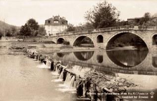 мостът на КФ; отзад - бившата тютюнева фабрика на братя Шишкови